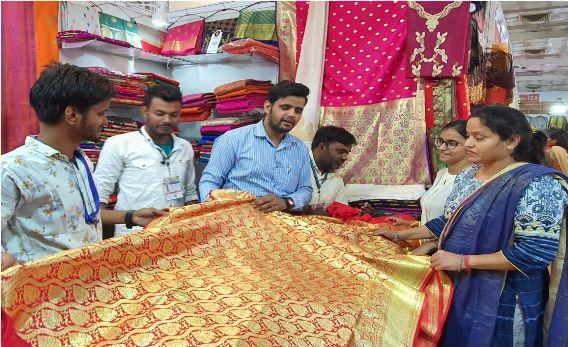 IITF 2019: व्यापार मेले में आगुन्तको को लुभा रहा मो. ताबिश (आजमगढ़) की साड़ियां