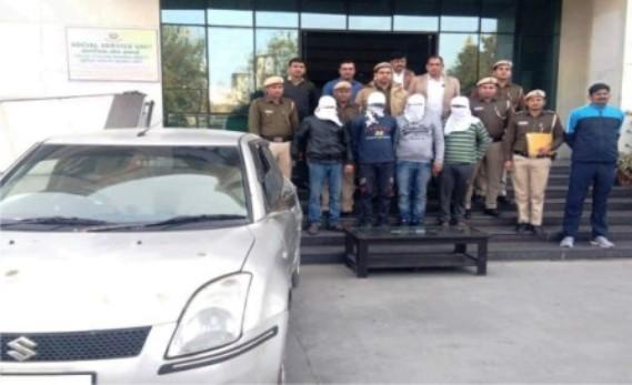 लिफाफा गैंगः एक स्विफ्ट कार और 3 लूटे गए डेबिट कार्ड के साथ चार व्यक्ति गिरफ्तार